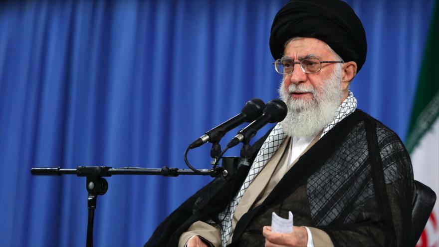El ayatolá Seyed Ali Jamenei, Líder de la Revolución Islámica de Irán, da un discurso en Teherán (capital), 13 de agosto de 2018, (Foto: khamenei.ir).