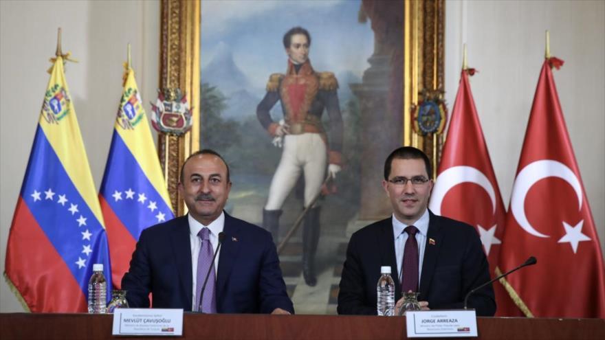 El ministro de Relaciones Exteriores de Turquía, Mevlut Cavusoglu, junto a su par venezolano, Jorge Arreaza, Caracas, 22 de septiembre de 2018.