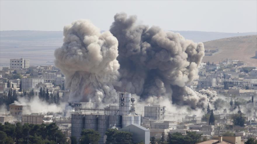 Humareda ocasionada por un ataque aéreo perpetrado por la coalición anti-Daesh en Siria.