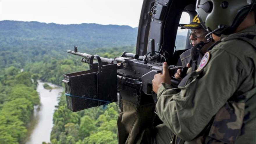 Soldados venezolanos realizan una patrulla aérea en busca de cultivos de droga cerca de la frontera con Colombia. (Foto: Reuters)