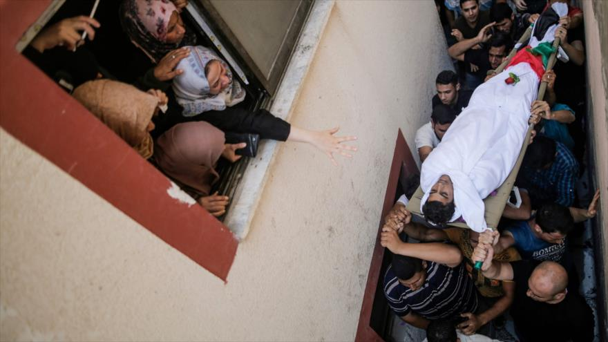 Palestinos cargan el cuerpo de un adolescente asesinado por soldados israelíes en la Franja de Gaza, 22 de septiembre de 2018. (Foto: AFP)