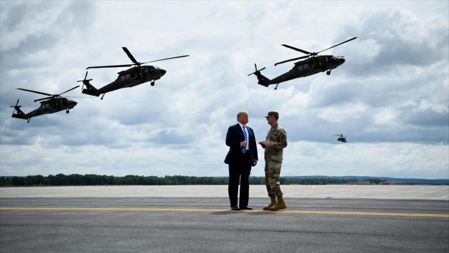 El presidente de EE. UU., Donald Trump (izda.), observa un ejercicio militar aéreo en una base militar, Nueva York, 13 de agosto de 2018. (Foto: AFP)
