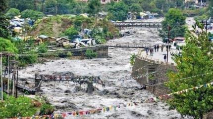 Inundaciones y deslaves dejan al menos 25 muertos en La India