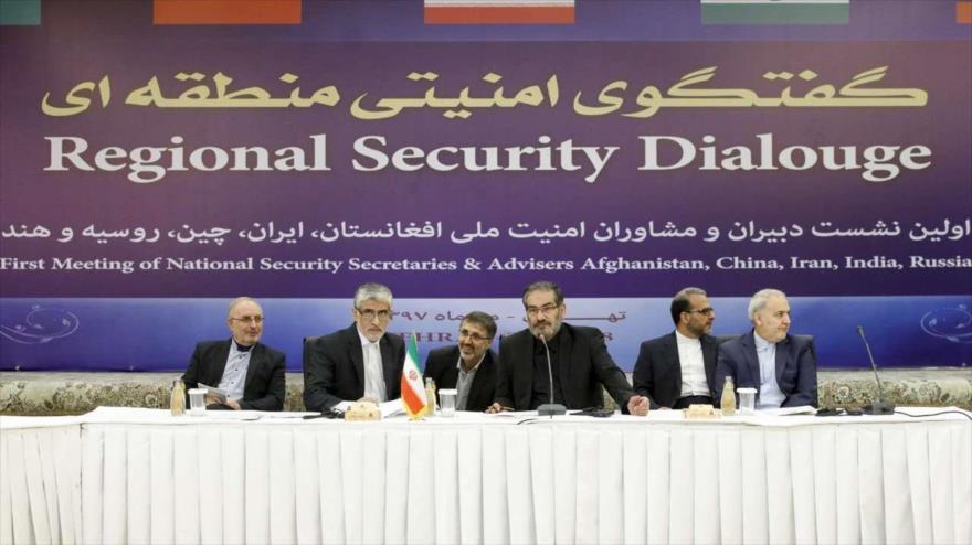 El secretario del Consejo Supremo de Seguridad Nacional de Irán (C) habla en el Foro de Seguridad Regional en Teherán, 26 de septiembre de 2018.