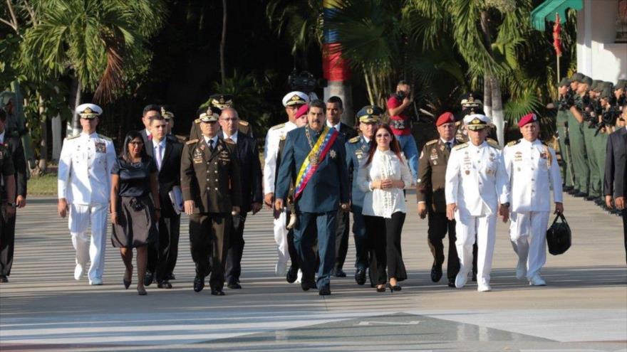 El presidente venezolano, Nicolás Maduro, al lado de su esposa Celia Flores, y un grupo de funcionarios del país, noviembre de 2017.