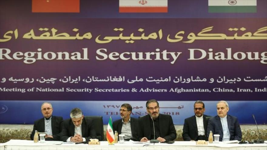 El secretario del Consejo Supremo de Seguridad Nacional de Irán (C) habla en el Foro de Seguridad Regional en Teherán, 26 de septiembre de 2018. (Foto: IRNA)