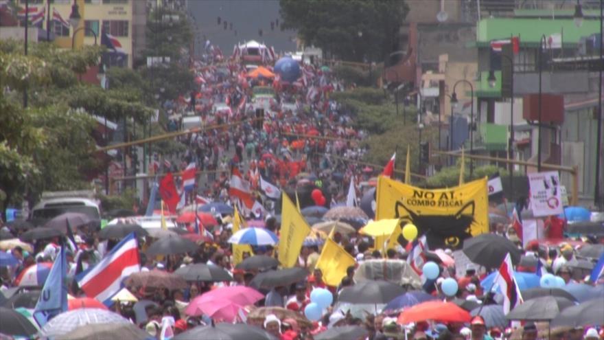 Gran marcha en protesta contra reforma fiscal en Costa Rica