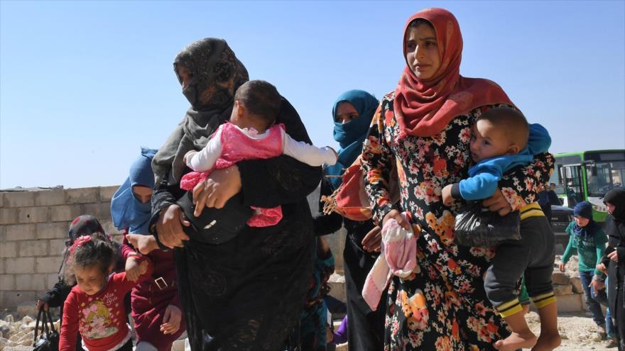 Civiles evacúan Idlib mediante corredor humanitario de Damasco