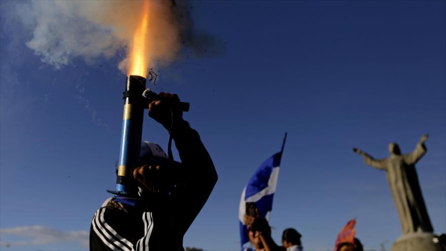 Un manifestante opositor dispara un mortero durante las protestas en Managua, la capital de Nicaragua, 18 de agosto de 2018. (Foto: AFP)