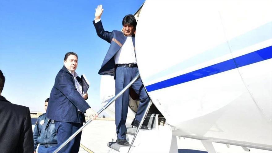 El presidente boliviano, Evo Morales, sube al avión para ir a escuchar el fallo sobre la demanda marítima (Foto: 24 horas), 29 de septiembre de 2018.