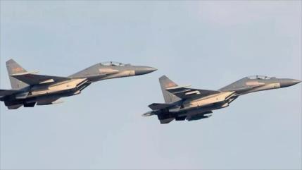 Aviones chinos realizan simulacro con fuego vivo en mar del Sur