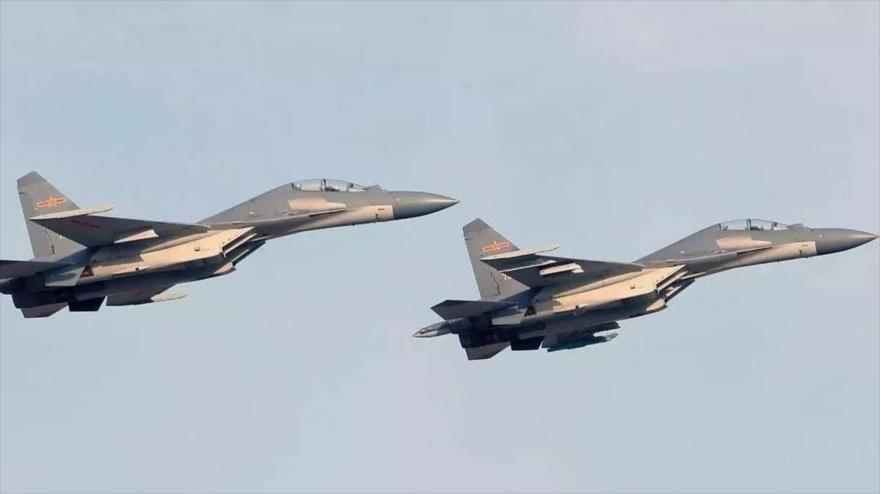 Cazas J-16 de Fuerza Aérea de China participan en unas maniobras.