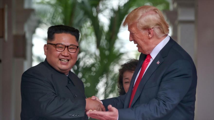 El presidente de EE.UU., Donald Trump (dcha.), y el líder de Corea del Norte, Kim Jong-un, reunidos en Singapur, 11 de junio de 2018. (Foto:AFP)