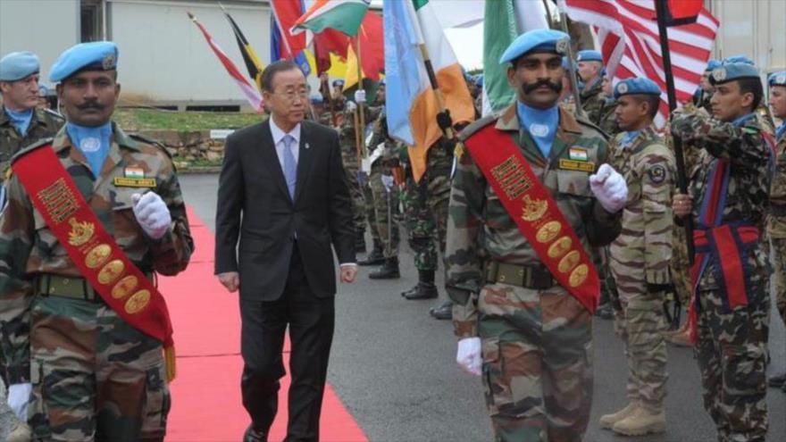 Ban Ki-moon, ex secretario general de la ONU, visita a las tropas de la FPNUL durante un viaje a Naqoura, en el sur de El Líbano, 13 de enero de 2012.
