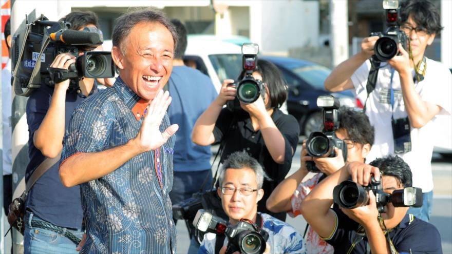 Denny Tamaki sonríe tras haber sido elegido en las elecciones para gobernador en la isla japonesa de Okinawa, 1 de octubre de 2018. (Foto: AFP)
