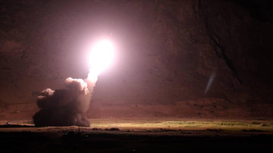 Misil balístico lanzado por Irán contra un cuartel general terrorista en el este del Éufrates, en Siria, 1 de octubre de 2018.