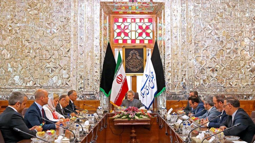 El presidente del Parlamento iraní, Ali Lariyani (centro), se reúne con la delegación parlamentaria de Portugal, Teherán, 1 de octubre de 2018.