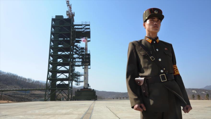 Soldado norcoreano hace guardia frente a una estación de lanzamiento de misiles en Tongchang-ri, 8 de abril 2012 (Foto: AFP)
