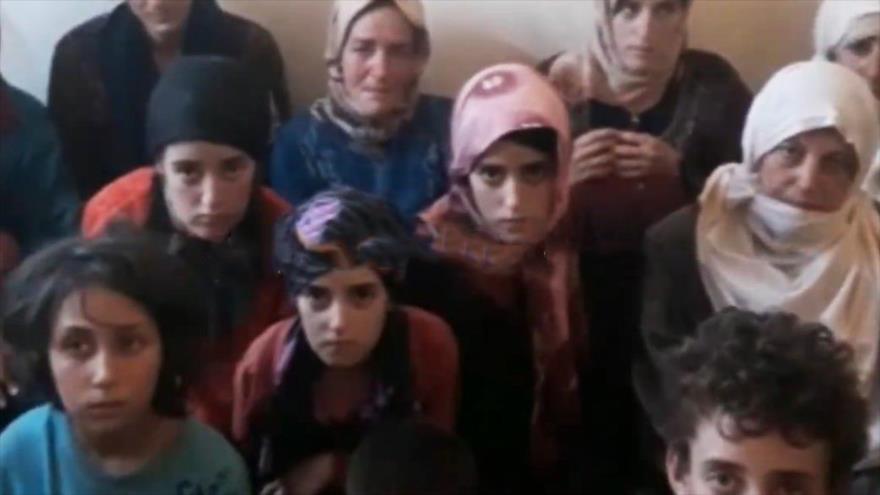 Una imagen publicada por los terroristas de Daesh muestra a un grupo de mujeres secuestradas por esta banda criminal en la provincia siria de Al-Sweida.