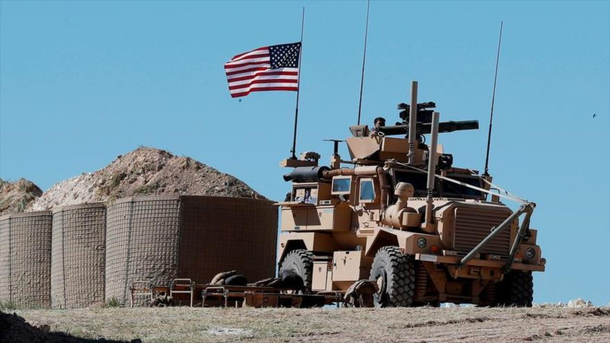 Un soldado estadounidense en un vehículo blindado en una base militar de EE.UU. en Manbiy, norte de Siria, 4 de abril de 2018.