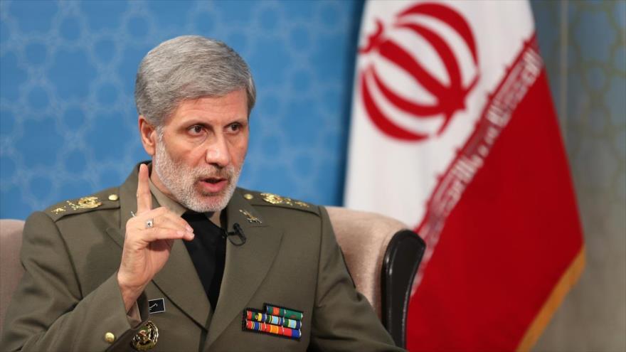 El ministro de Defensa de Irán, el general de brigada Amir Hatami, habla con los medios.
