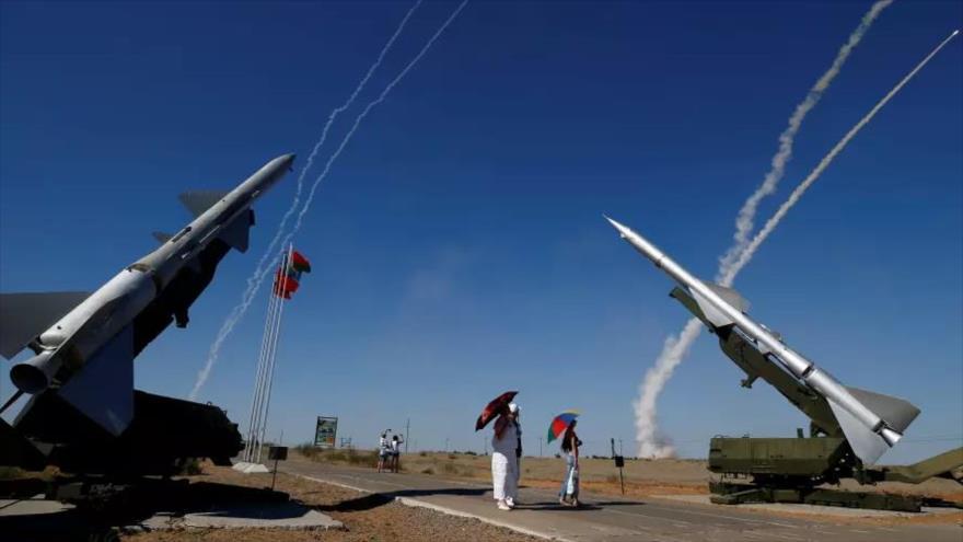La gente mira los sistemas antiaéreos S-300 que lanzan misiles durante los Juegos Internacionales del Ejército 2017 en Rusia, 5 de agosto de 2017.