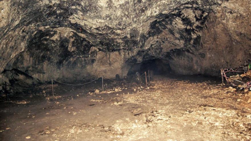Una vista general del dentro de la cueva Ciemnej en Polonia.