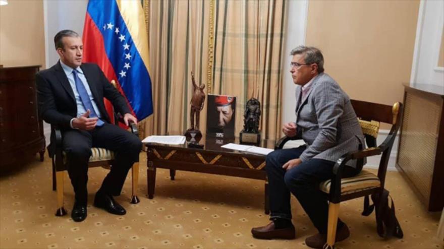El ministro de Industria de Venezuela, Tareck El Aissami, habla con la prensa.