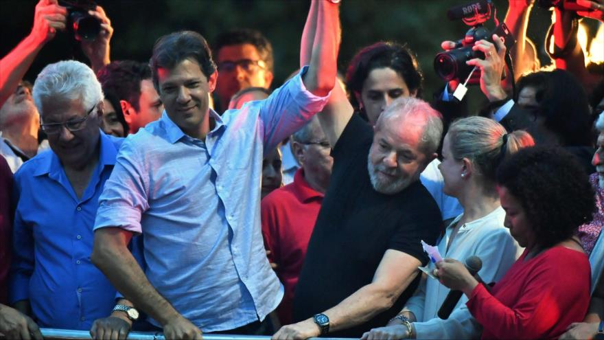 El expresidente de Brasil, Lula da Silva (dcha.), levanta la mano de Fernando Haddad en un mitin en Sao Paulo, 24 de enero de 2018. (Foto: AFP)