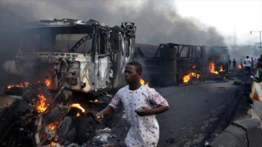 Un congoleño pasa junto al escenario de un accidente de tránsito en el oeste de República Democrática del Congo, 6 de octubre de 2018.
