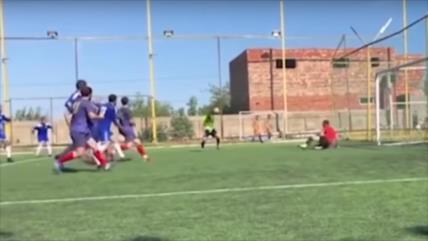 Vídeo: Árbitro mete 'el gol del año' involuntariamente