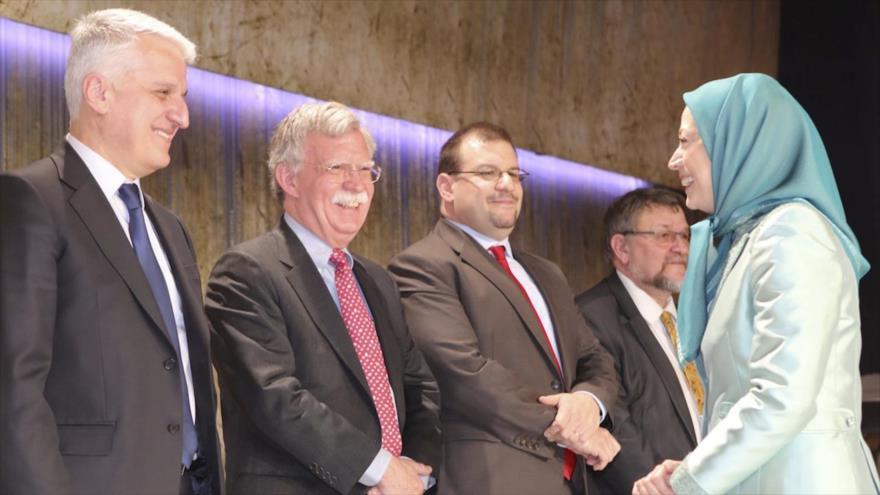 La líder del grupo terrorista MKO, Maryam Rayavi, reunida con un grupo de políticos occidentales, incluido el estadounidense John Bolton (2º de izda.).