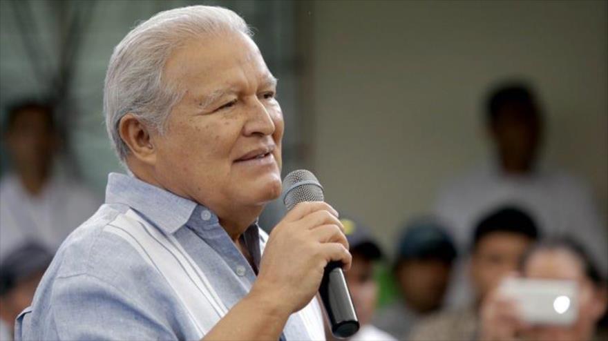 El presidente de El Salvador, Salvador Sánchez Cerén, habla en un acto público celebrado Tacachico, situado en el norte del país centroamericano.
