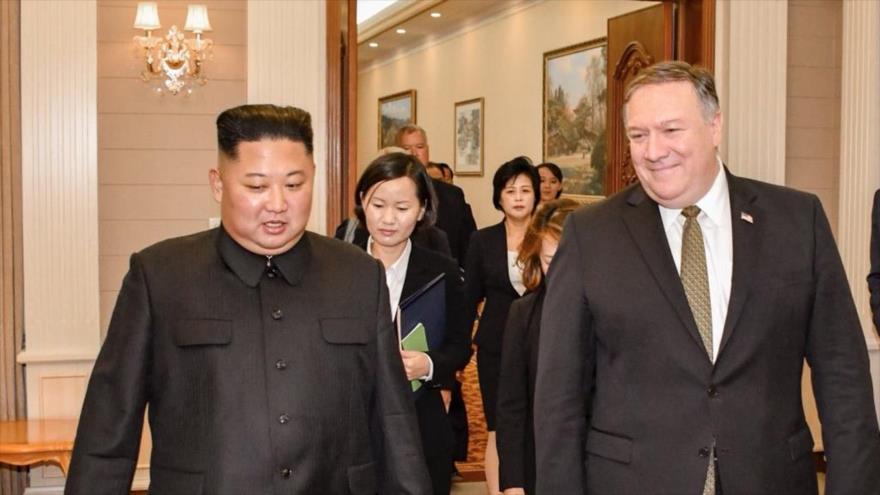 El líder norcoreano, Kim Jong-un, y el secretario de Estado de EE.UU., Mike Pompeo, tras una reunión en Pyongyang, 26 de abril de 2018.