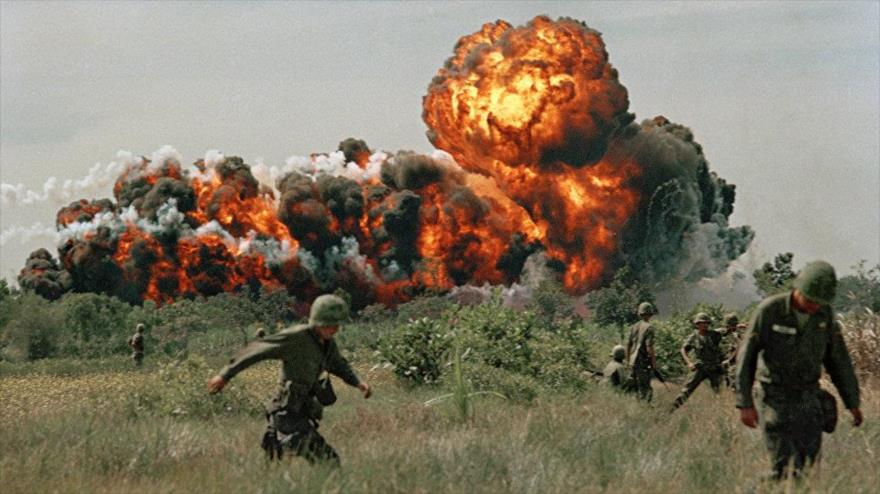 Bombardeo con napalm estadounidense en 1966 en la guerra de Vietnam. (Foto: AP)