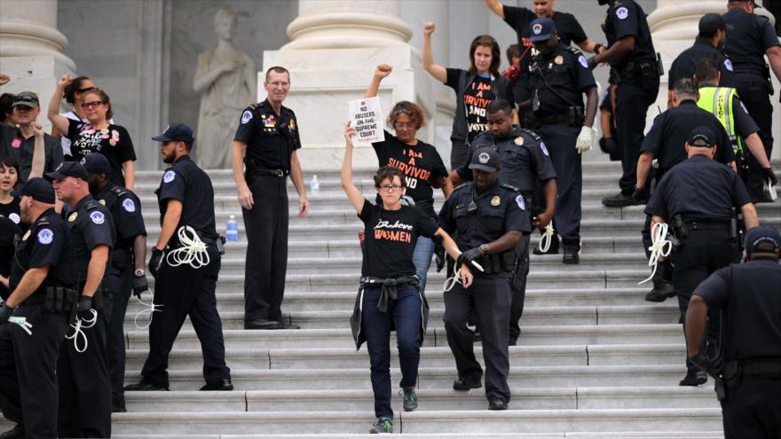 Policías detienen a manifestantes contra la confirmación de Brett Kavanaugh como juez de la Corte Suprema de EE.UU., 6 de octubre de 2018. (Foto: AFP)