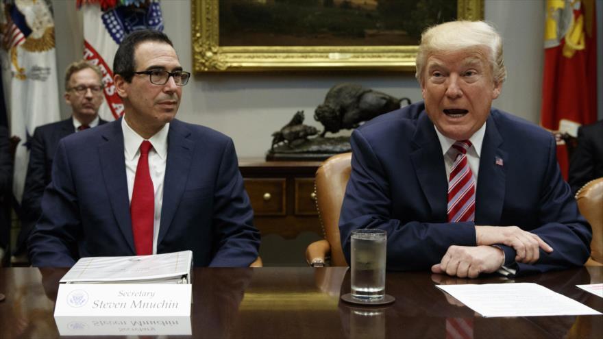 El presidente de EE.UU., Donald Trump (dcha), y el secretario del Tesoro, Steven Mnuchin, en la Casa Blanca, 31 de octubre de 2017. (Foto:AFP)
