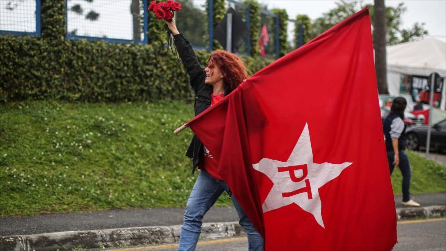 Una partidaria del candidato presidencial del Partido de los Trabajadores (PT), Fernando Haddad, en el sur de Brasil, 8 de octubre de 2018. (Foto: AFP)
