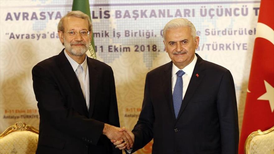 El presidente del Parlamento de Irán, Ali Lariyani (izq.), y su par turco, Binali Yildirim, Antalya, 9 de octubre de 2018. (Foto: Mizan)