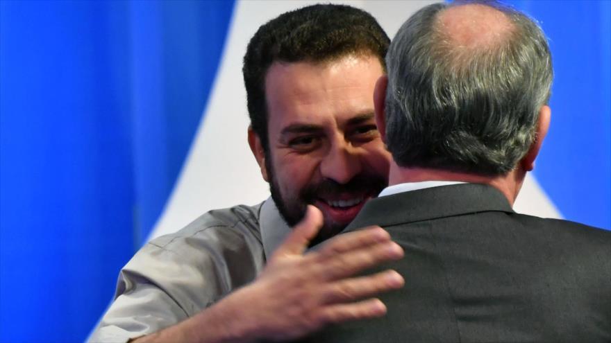 Los candidatos de Brasil de los partidos PSOL (izda.) y PDT se saludaron en el segundo debate presidencial, 17 de agosto de 2018. (Fuente: AFP)