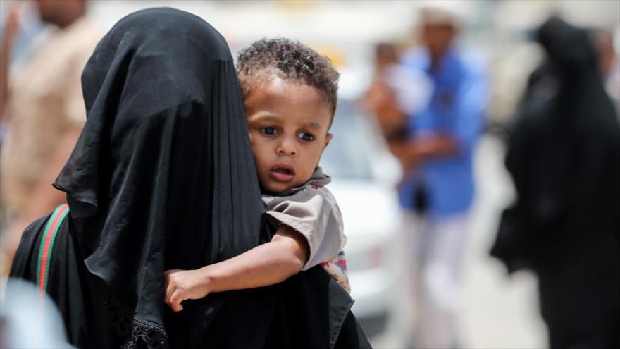 Una mujer yemení lleva a su hijo a un hospital en la provincia sureña de Mukalla, 7 de agosto de 2018. (Foto: AFP)