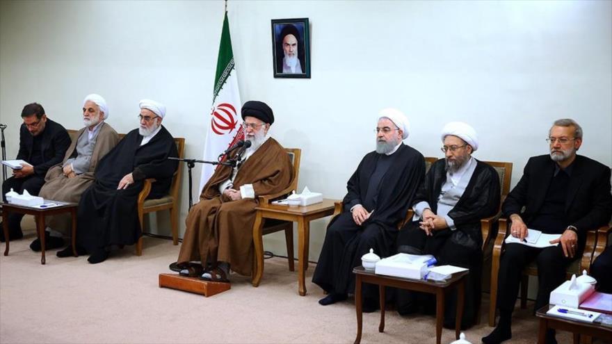 El Líder de la Revolución Islámica de Irán, el ayatolá Seyed Ali Jamenei, en una reunión con jefes de los tres Poderes del país persa.