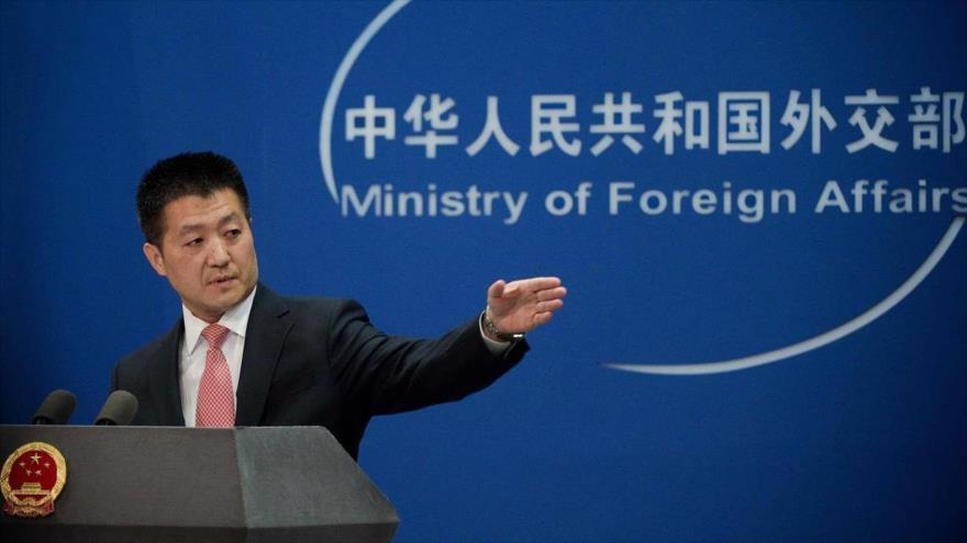 El portavoz de la Cancillería china, Lu Kang, ofrece una rueda de prensa en Pekín, capital de China.