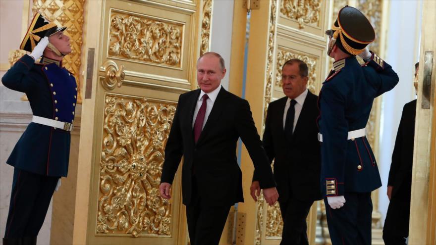 El presidente de Rusia, Vladimir Putin, junto al canciller ruso, Serguéi Lavrov, durante un acto en Moscú, 11 de octubre de 2018. (Foto: AFP)