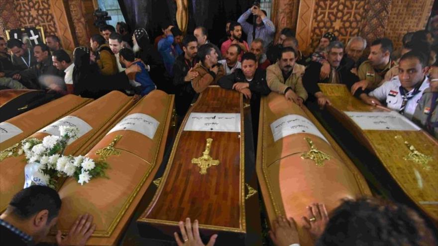 Cristianos egipcios en el funeral de las víctimas de los atentados terroristas en Alejandría.