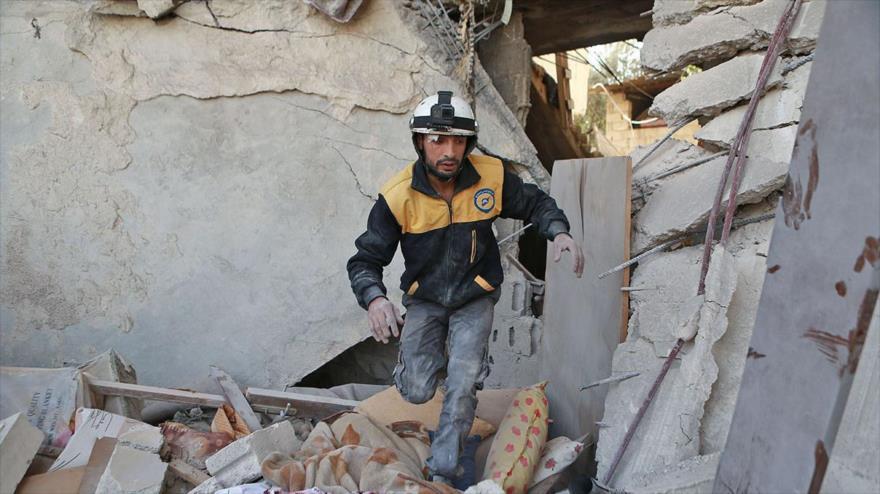 Un miembro de los llamados Cascos Blancos en la ciudad de Guta, al sur de Damasco (capital siria), 28 de noviembre de 2017. (Foto: AFP)
