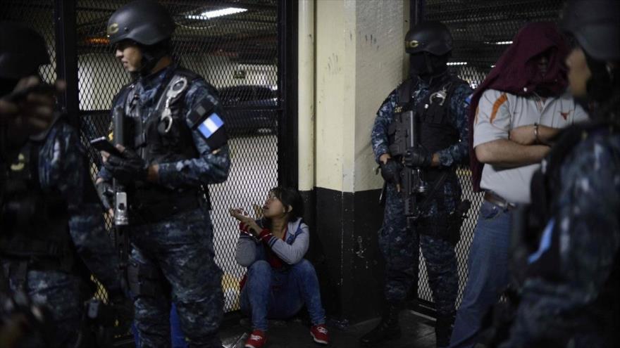 Los policías de Guatemala detienen a varios miembros de una banda criminal, 12 de octubre de 2016. (Foto: AFP)