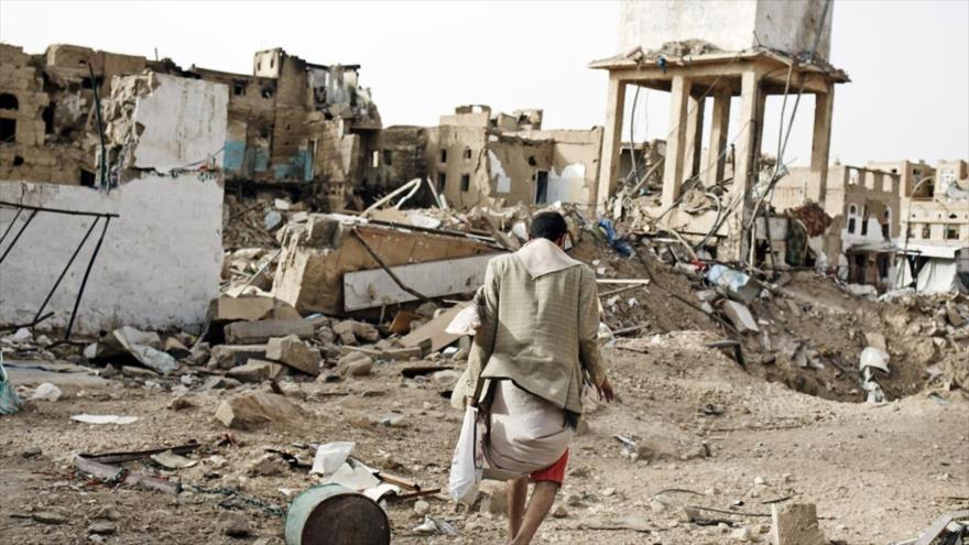 Escombros resultantes de un ataque aéreo saudí en Yemen.