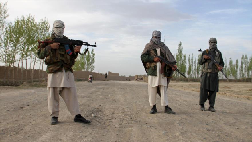 Insurgentes de Talibán custodian un camino en la provincia de Ghazni, en el este de Afganistán.