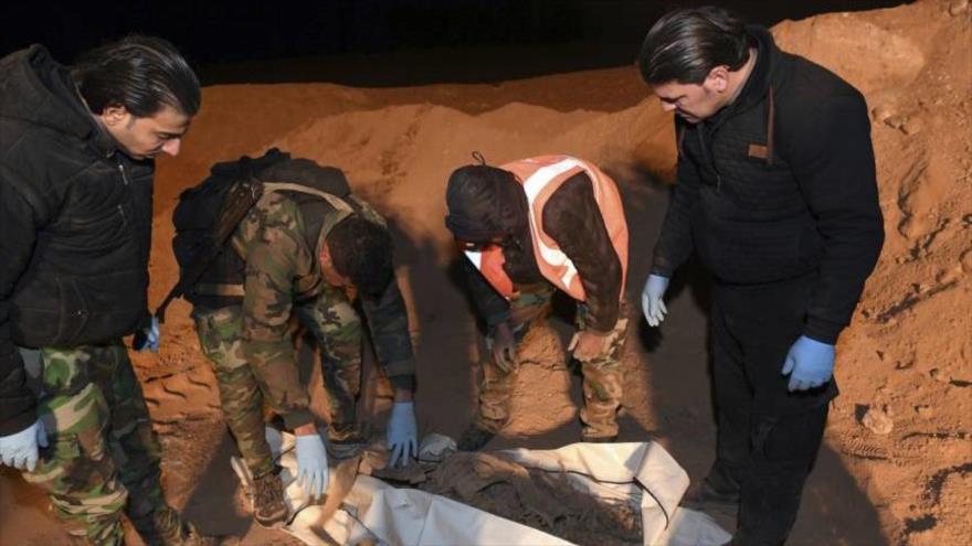 Soldados sirios hallan una fosa común.